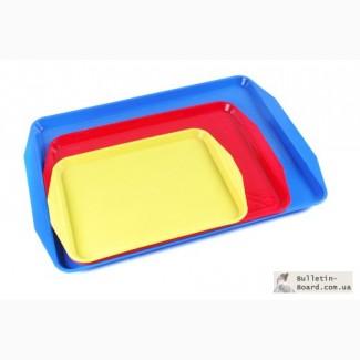 Пластмассовые столовые подносы разных размеров и цветов