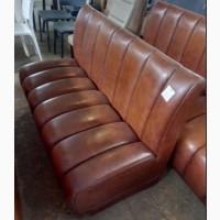 Кожаный диван б/у коричневого цвета