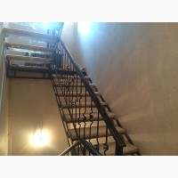 Ограждения лестницы металлические с деревом
